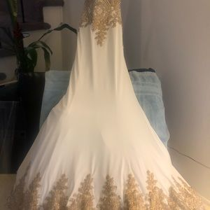 Elegant Dress. Absolutely beautiful stunning gown.